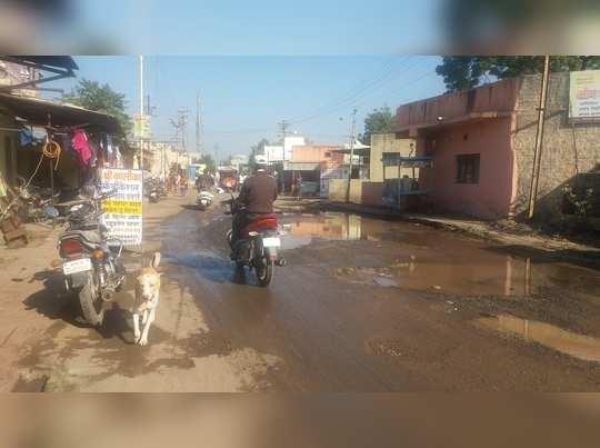 पाण्याच्या गळतीमुळे रस्ता होतोय खराब