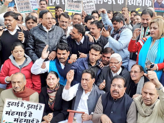 रसोई गैस की बढ़ती कीमतों के खिलाफ दिल्ली में कांग्रेस का सिलिंडर लेकर प्रदर्शन