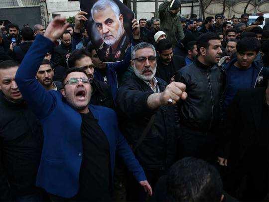 तेहरान में संयुक्त राष्ट्र के दफ्तर के बाहर प्रदर्शन करते ईरानी