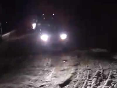बर्फ के बीच फंसे वाहन