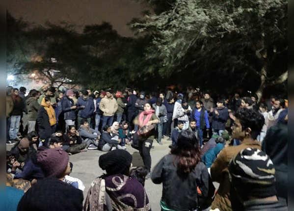 हमले के विरोध में जेएनयू में जुटे स्टूडेंट्स