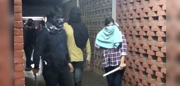 जेएनयू हिंसा: विडियो फुटेज में दिखा कैसे नकाबपोश गुंडों ने छात्रों पर किया हमला