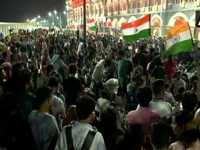 मुंबई में गेटवे ऑफ इंडिया के पास प्रदर्शन