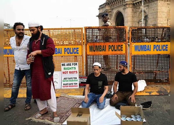 मुंबई तक पहुंची JNU हिंसा की आंच, गेटवे ऑफ इंडिया पर प्रदर्शन