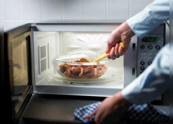 सेहत बिगाड़ सकता है माइक्रोवेव में गर्म किया खाना
