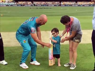 कैंसर पीड़ित बच्चे से टॉस से पहले बैट लेते ब्रिसबेन हीट के कप्तान क्रिस लिन (video grab)