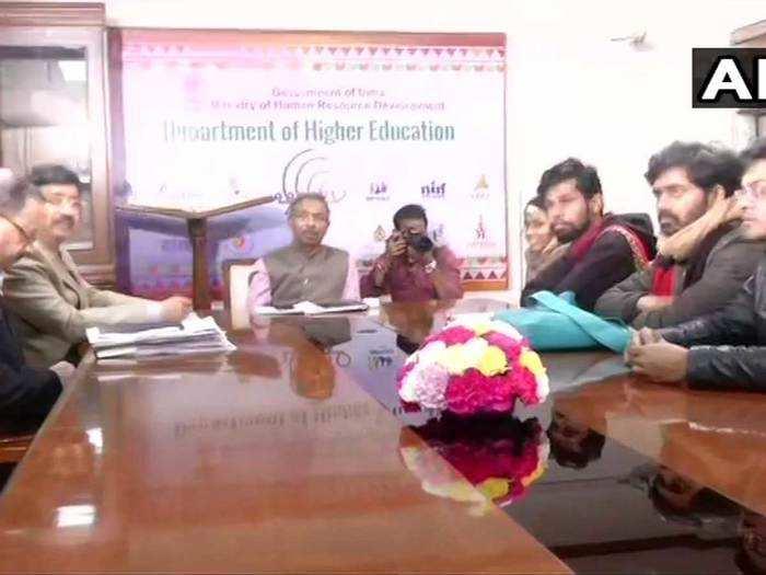 जेएनयूएसयू के प्रतिनिधियों के साथ बैठक करते एचआरडी सेक्रटरी अमित खरे (फोटो: ANI)