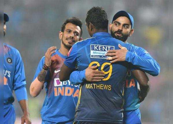 मैच के बाद एंजिलो मैथ्यूज से बधाई लेते कप्तान विराट