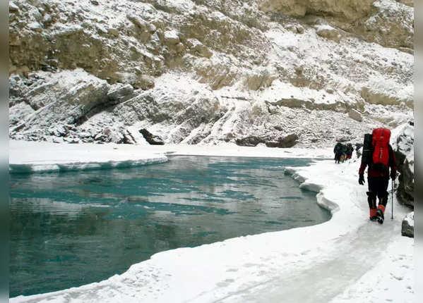 ठंड से जमी नदी पर ट्रेकिंग के लिए पहुंचे लोग
