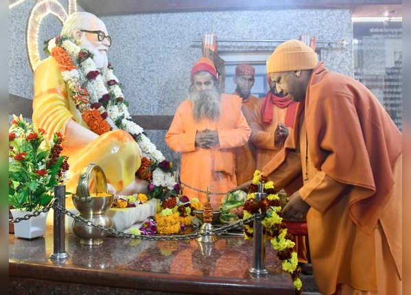 गोरखपुर में योगी