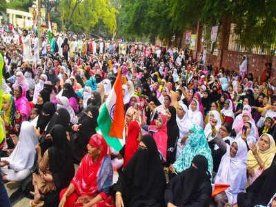 नागपुर के संविधान चौक पर प्रदर्शनकारी महिलाएं