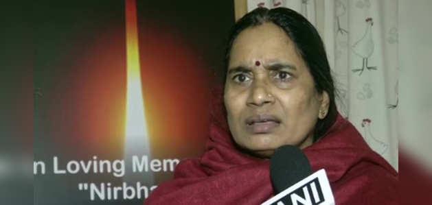 निर्भया की मां का इंदिरा जयसिंह को जवाब, बोलीं- ऐसे लोगों के चलते ही नहीं रुक रहे रेप