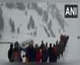 बीमार पुलिसकर्मी को लेकर 7 किमी बर्फ में पैदल चले जाबांज पुलिसवाले और ग्रामीण