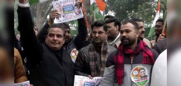 दिल्ली चुनाव: टिकट बंटवारे को लेकर 10 जनपथ के बाहर कांग्रेस कार्यकर्ताओं का विरोध