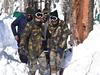 J&K: बर्फीले तूफान में 'मसीहा' बने भारतीय सेना के जवान, गर्भवती महिला की बचाई जान