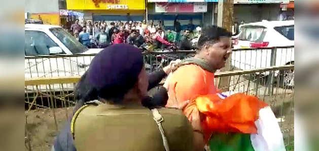 मध्य प्रदेश: नागरिकता कानून के समर्थन में आयोजित रैली के दौरान पुलिस का लाठीचार्ज