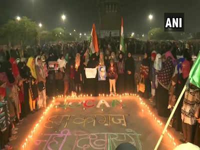 हुसैनाबाद स्थित घंटाघर पर महिलाओं का प्रदर्शन