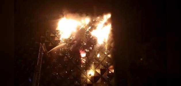 गुजरात के सूरत में रघुवीर मार्केट में बेकाबू हुई आग की लपटे