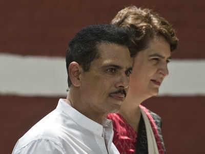 पत्नी प्रियंका गांधी के साथ रॉबर्ट वाड्रा
