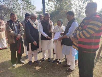 साध्वी पद्मावती को नीतीश कुमार का संदेश सौंपते बिहार से आए नेता