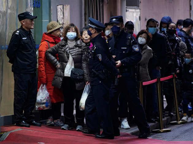 मास्क के लिए शंघाई में लाइन में खड़े लोग
