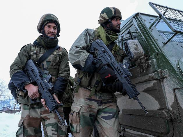 कश्मीर में आतंकी मुठभेड़ के दौरान सेना के जवान (फाइल फोटो)