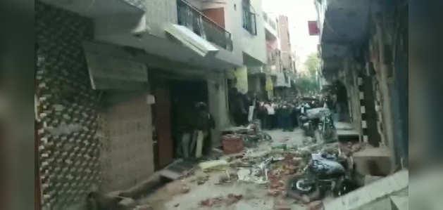 दिल्ली: भजनपुरा इलाके में इमारत की छत ढहने से हड़कंप, स्टूडेंट्स फंसे