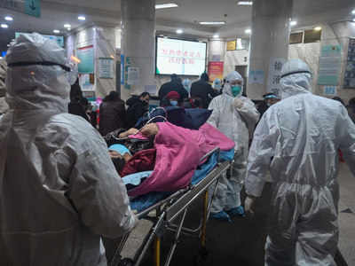 करॉना वायरस से पीड़ित मरीजों की देखरेख में जुटे डॉक्टर