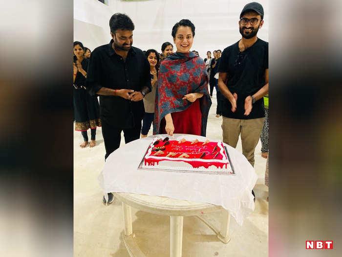 कंगना ने फिल्म की टीम के साथ काटा केक