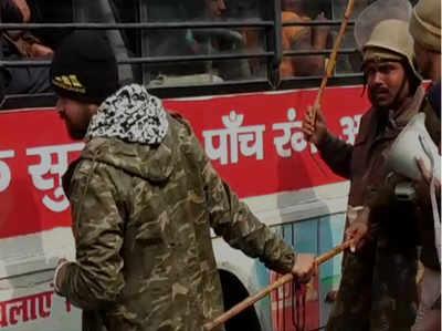प्रदर्शनकारियों पर पुलिस ने जमकर बरसाईं लाठियां