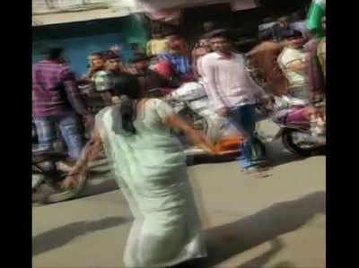 प्रदर्शनकारियों पर मिर्च झोंकती महिला (तस्वीर- एएनआई)