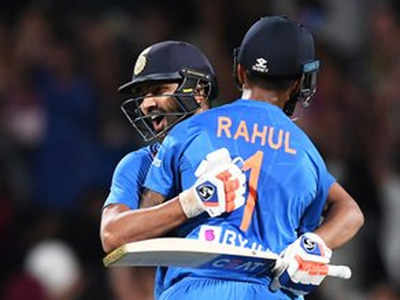 जीत के बाद राहुल को गले लगाते रोहित शर्मा