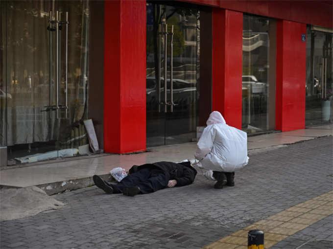 वुहान में शख्स की सड़क पर ही मौत