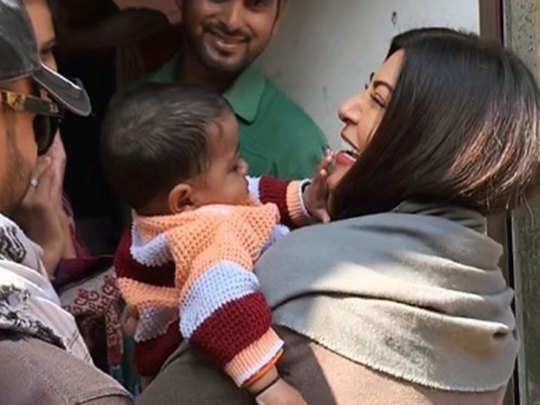 बच्ची के साथ सुष्मिता