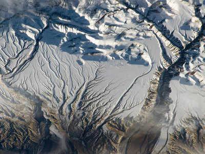 यह तस्वीर भारत-चीन सीमा पर हिमालय की श्रृंखला की है।