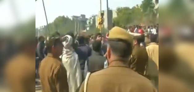 दिल्ली: शाहीन बाग में रोड खाली कराने के लिये सड़क पर निकले स्थानीय