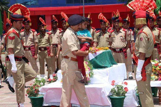 Srinagar SSP breaks down as he carries son of martyred SHO at wreath-laying ceremony