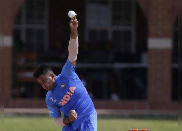 सुशांत मिश्रा ने लिए तीन विकेट