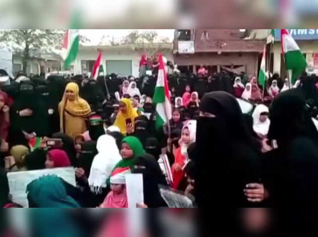 आजमगढ़ में CAA के खिलाफ प्रदर्शन के दौरान पुलिस पर पथराव करने के आरोप में 19 गिरफ्तार