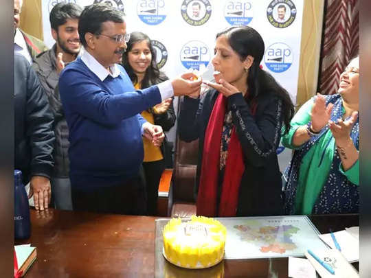 arvind kejriwal cuts cake with wife sunita on her birthday after win in delhi election 2020