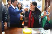 दिल्ली के दिल में फिर केजरीवाल, केक काटकर दी पत्नी को ज...