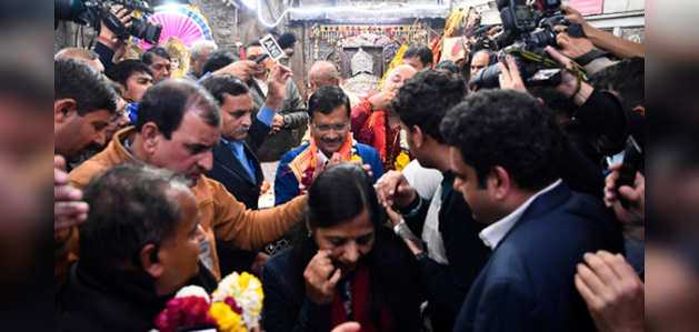 दिल्ली विधानसभा चुनाव में बंपर जीत के बाद केजरीवाल ने हनुमान मंदिर पहुंच लिया आशीर्वाद