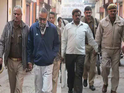 Surendra Koli in white shirt and Maninder Singh Pandher in blue jacket