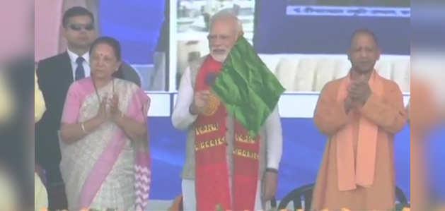 PM नरेंद्र मोदी ने काशी-महाकाल एक्सप्रेस को दिखाई हरी झंडी