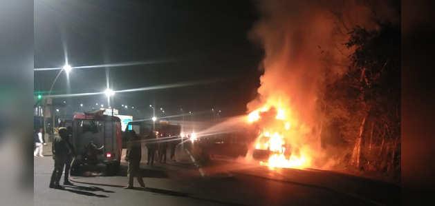 आगरा-लखनऊ एक्सप्रेस-वे पर भीषण हादसा; ट्रक-वैन की टक्कर में 7 लोग जिंदा जले