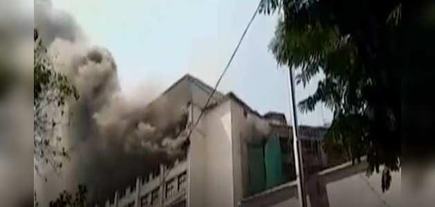 मुंबई के मझगांव इलाके में स्थित जीएसटी भवन के टॉप फ्लोर पर आग लगी