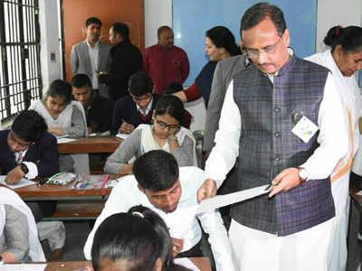 जुबली इंटर कॉलेज पहुंचे दिनेश शर्मा