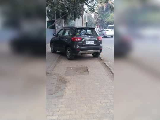 पदपथावर बेकायदेशीर पार्किंग
