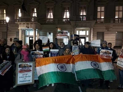 हिंदू लड़की पर अत्याचार के खिलाफ लंदन में भारतीयों ने पाकिस्तानी उच्चायोग के सामने प्रदर्शन किया।