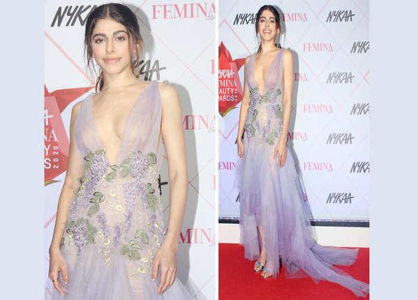 अलाया की ड्रेस की नेकलाइन थी सबसे सेक्सी